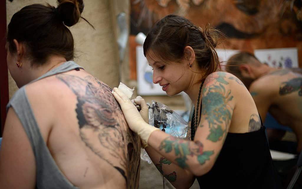 אישה מקעקעת את גופה (צילום: Gili Yaari/Flash90)