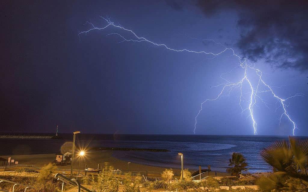 סופת ברקים בחוף אשקלון, ב-2015 (צילום: אדי ישראל/פלאש90)
