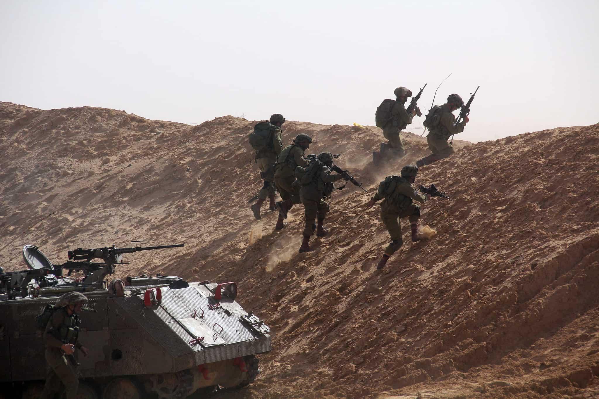 חיילים מתאמנים עם נגמש M113 (צילום: Ofer Zidon/FLASH90)