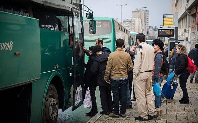 בשעות העומס עוברים בכביש החוף כ-140 אוטובוסים בשעה, שבכל אחד מהם 50-60 נוסעים (צילום: Hadas Parush/Flash90)