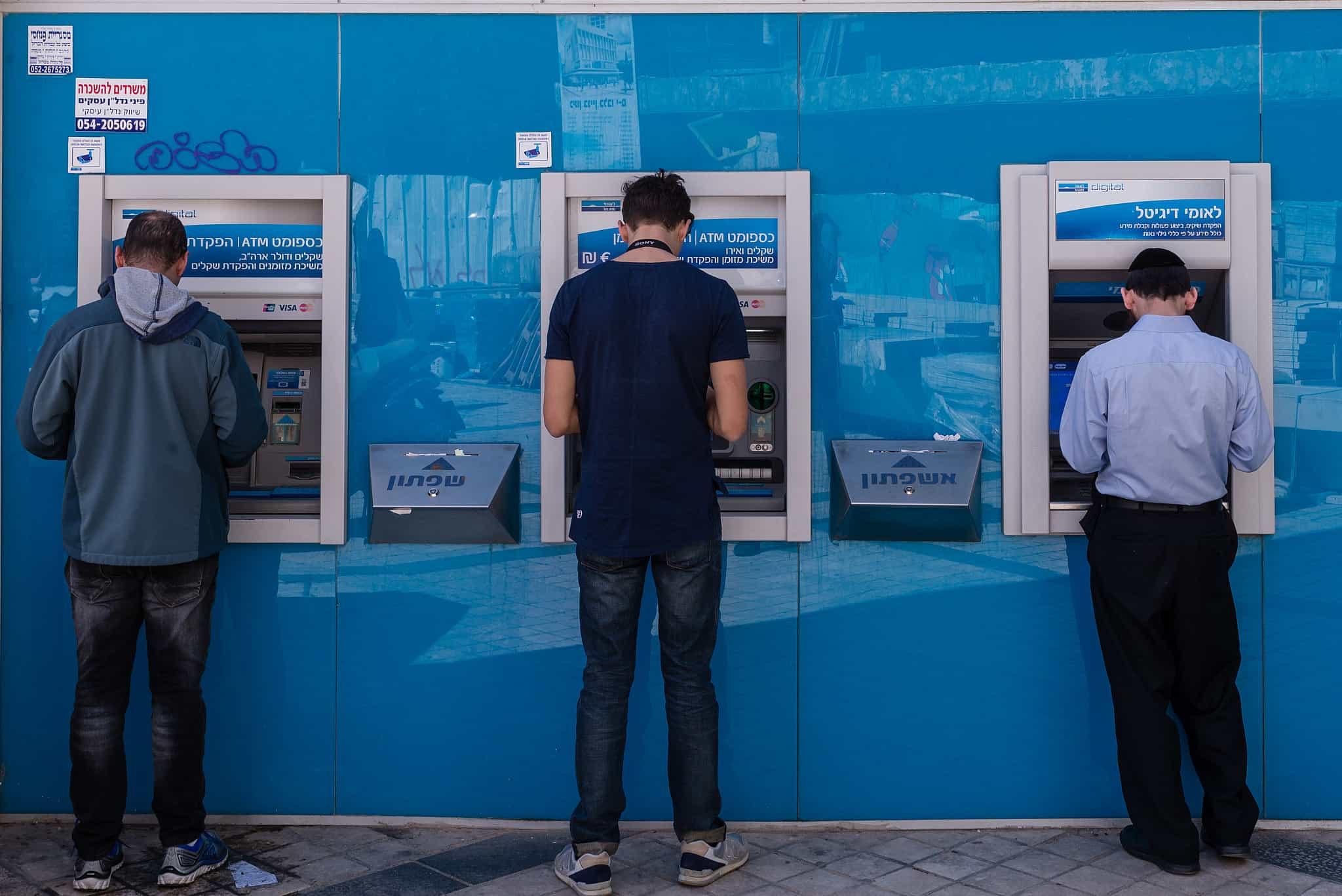 לפי סקירת בנק ישראל רק כ-285 אלף לקוחות במערכת הבנקאית, עוברים בנק בממוצע בשנה (צילום: Dario Sanchez/Flash90)