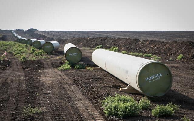 הנחת צינור להולכת הגז מתמר ולווייתן לאזור התעשייה אלון תבור, ליד חיפה (צילום: Anat Hermony/Flash90)