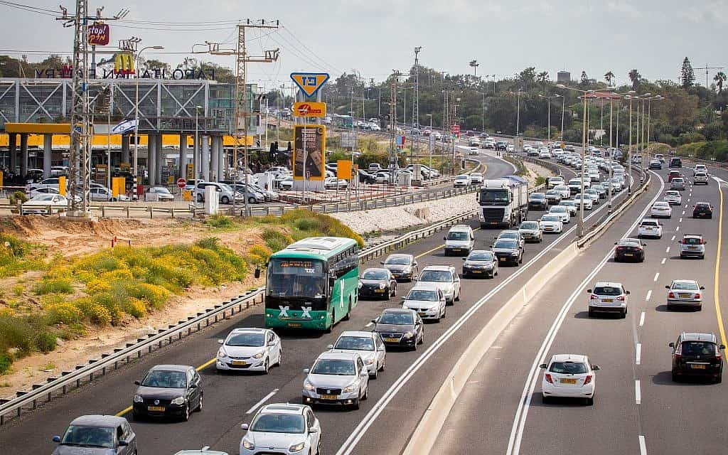 כביש החוף. ב-22 הקילומטרים שבין נתניה לגלילות ישמש הנתיב הימני אוטובוסים ורכבים שיתופיים בלבד (צילום: Meir Vaknin/Flash90)