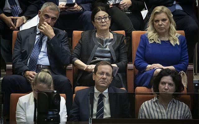 אשת ראש הממשלה שרה נתניהו (למעלה מימין) ונשיאת בית המשפט העליון אסתר חיות (משמאלה) בפתיחת מושב הכנסת ה-22 (צילום: Hadas Parush/Flash90)
