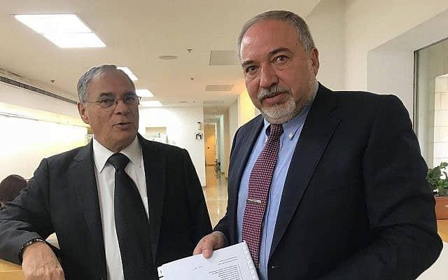 יושב ראש ישראל ביתנו אביגדור ליברמן מחזיק את כתב העתירה של סיעתו נגד בדיקות גנטיות להוכחת יהדות, 7 באפריל 2019 (צילום: ישראל ביתנו)