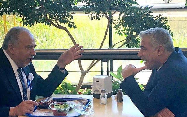 יאיר לפיד ואביגדור ליברמן במזנון הכנסת, ב-3 באוקטובר 2019 (צילום: ראול ווטליף)