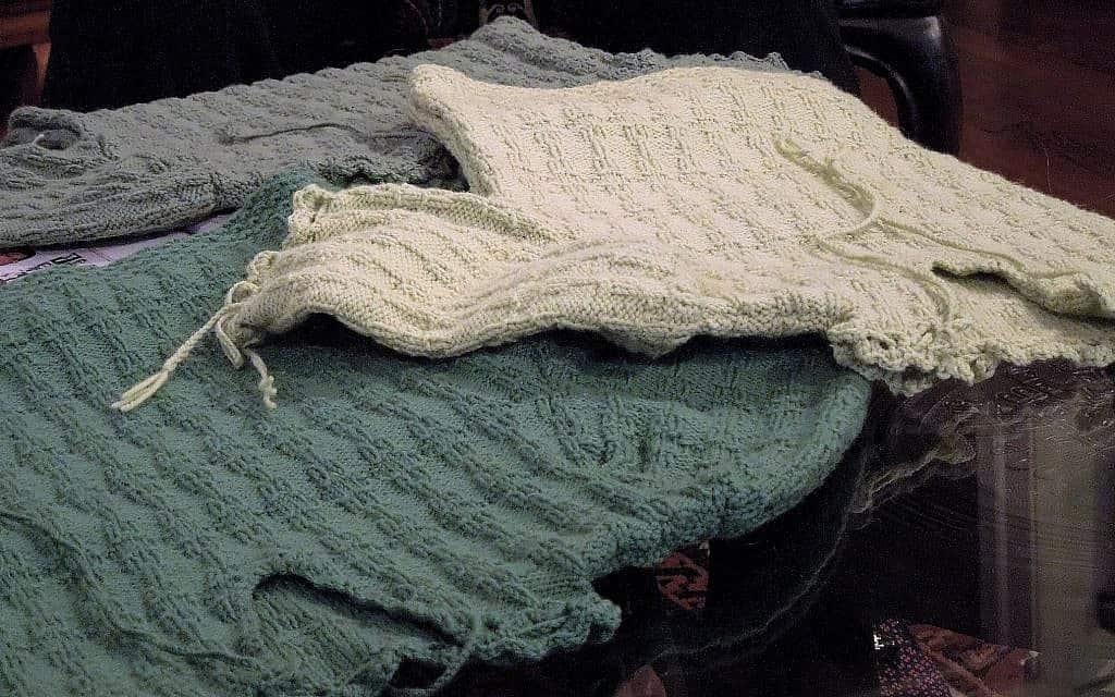 דוגמאות של הסוודר שנסרגו בגוונים שונים (צילום: ג'וליה גרוסמן)