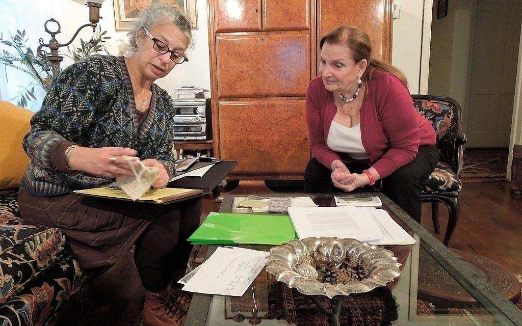 """ד""""ר לאה שטרן מראה לד""""ר קריסטין קרן כיצד היא שחזרה את הסוודר הירוק (צילום: ג'וליה גרוסמן)"""