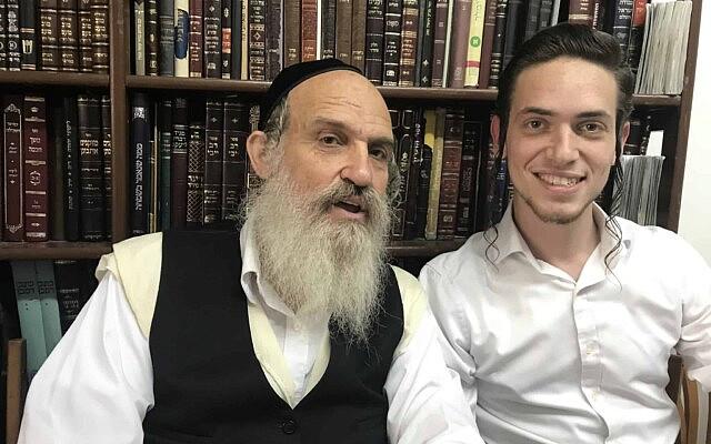 דודי זילברשלג עם בנו מלך, בביתם בחיפה. 30 באוקטובר 2019 (צילום: אמיר בן-דוד)