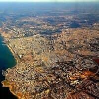 הגדה, למעלה מימין, משקיפה על תל אביב (צילום: דן פרי)