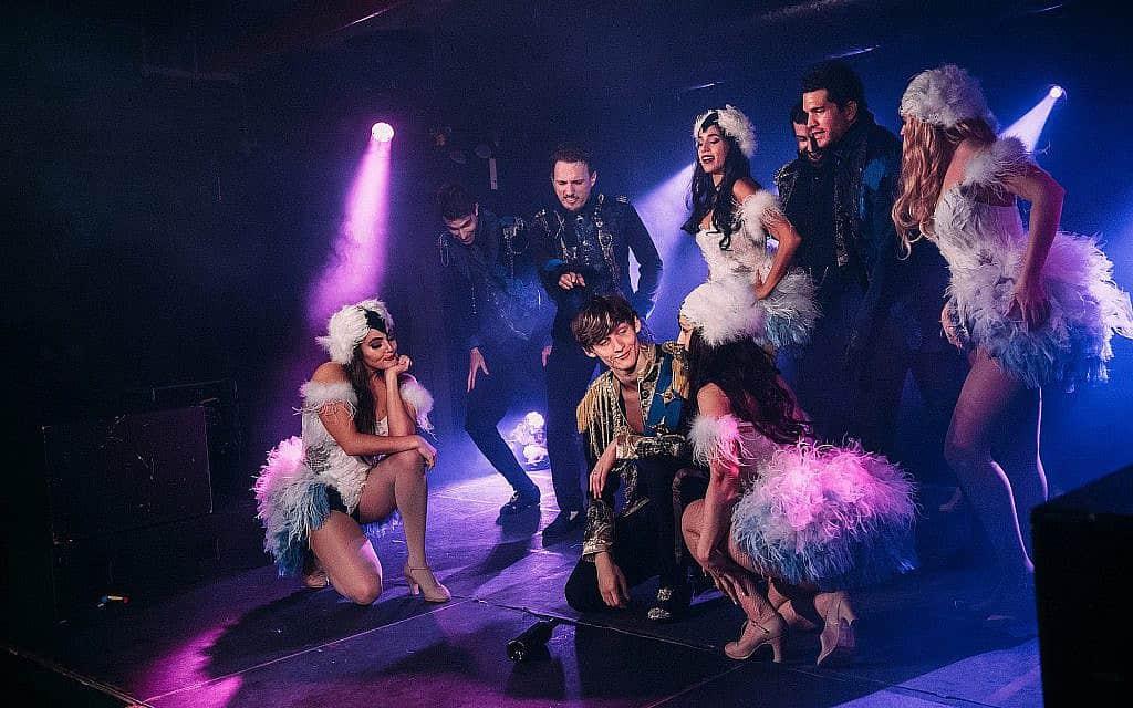 """צוות השחקנים של """"אגם הברבורים: אופרת הרוק"""" (צילום: לורן חלפאיאן)"""