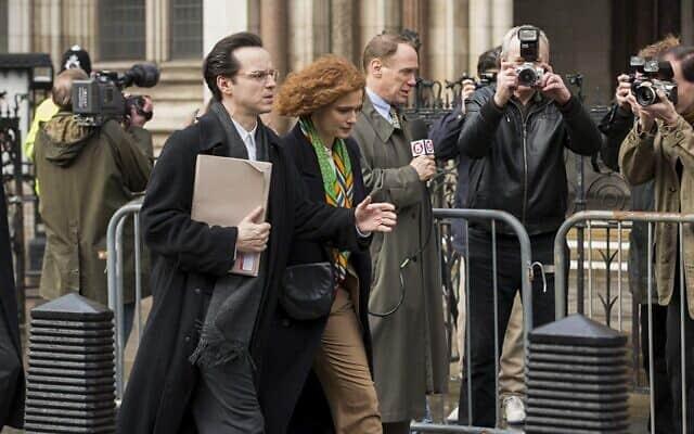 אנדרו סקוט, משמאל, בתפקיד אנתוני ג׳וליוס בסרט Denial (צילום: מתוך הסרטDenial)