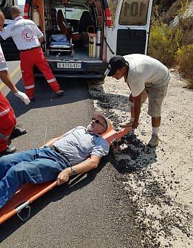 הרב משה יהודאי מקבל טיפול אחרי שהותקף על ידי מתנחלים רעולי פנים, ב-16 באוקטובר 2019 (צילום: יש דין)