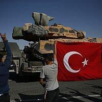 תושבים מקומיים מקבלים את הכוחות הטורקיים בראס אל-עין שבסוריה (צילום: Lefteris Pitarakis, AP)