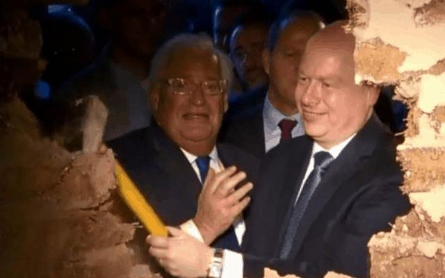 שגריר ארצות הברית בישראל דיוויד פרידמן (משמאל) ושליח הבית הלבן למזרח התיכון ג'ייסון גרינבלט שוברים קיר שנבנה במיוחד בכניסה לדרך עולי הרגל, בטקס שהתקיים בשכונת סילוואן שבמזרח ירושלים ב-30 ביוני 2019 (צילום: צילום מסך מפייסבוק)
