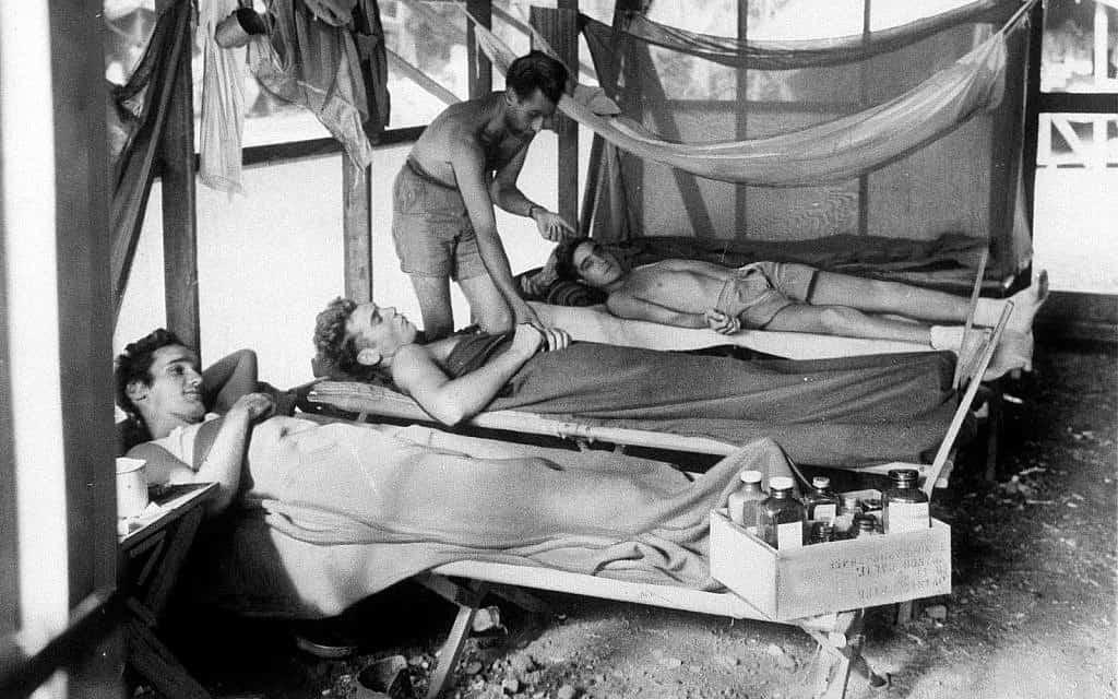 חיילי צבא ארצות הברית הסובלים ממלריה מתאוששים במרכז טיפולים צבאי  בגוודלקנל במהלך מלחמת העולם השנייה, 1943 (צילום: סוכנות הידיעות האמריקאית)