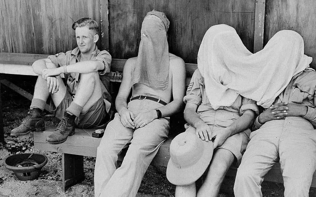חיילי צבא ניו זילנד מגנים על עצמם מפני יתושים בעת הכשרה צבאית של צבא ארצות הברית באספיריטו סנטו, 23 באפריל 1944 (צילום: צי ארצות הברית באמצעות סוכנות הידיעות האמריקאית)
