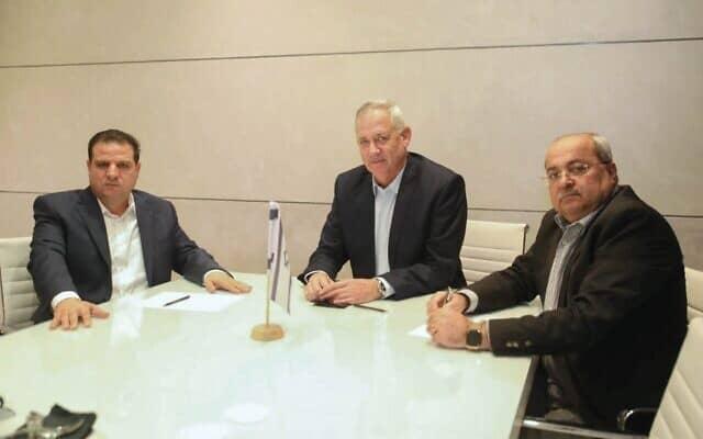 בני גנץ במהלך פגישתו עם איימן עודה ואחמד טיבי, 31 באוקטובר 2019 (צילום: אופק אבשלום)