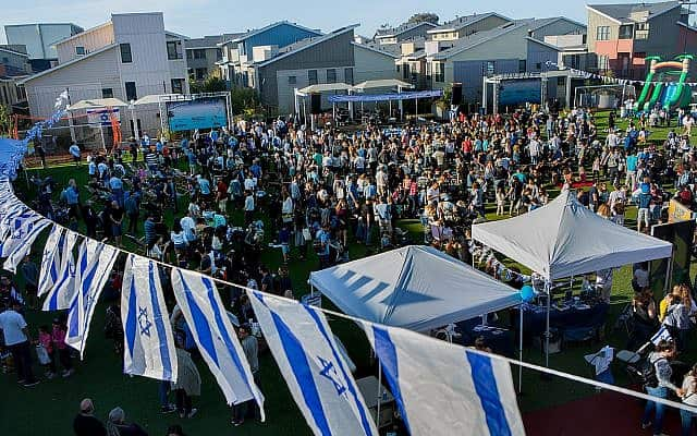 משפחות ישראליות חוגגות את יום העצמאות של ישראל במרכז הקהילה היהודית בפאלו אלטו, קליפורניה, 9 במאי 2019 (צילום: שאול ברומברגר/באדיבות מרכז הקהילה היהודית בפאלו אלטו)