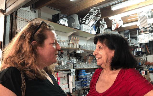 סוסמן משוחחת עם רבקה, אחת מחבריה מהשוק, המשמשת לה דמות אם (צילום: ג'סיקה שטיינברג)