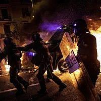 מהומות בברצלונה במחאה על מאסר מנהיגים קטלאנים (צילום: AP Photo/Bernat Armangue)