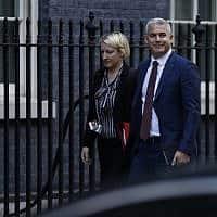 שר החוץ הבריטי, סטיב בארקלי, לקראת החתימה על הסכם הברקזיט (צילום: AP Photo/Alastair Grant))