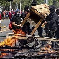 המחאה ברחובות סנטיאגו, בירת צ'ילה (צילום: Esteban Felix, AP)