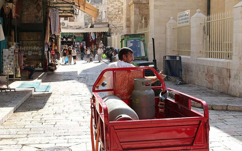 עגלות אספקה מביאות סחורה לרובע הנוצרי של העיר העתיקה (צילום: שמואל בר-עם)