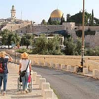 יורדים מהכותל המערבי לשער דוד בירושלים (צילום: שמואל בר-עם)
