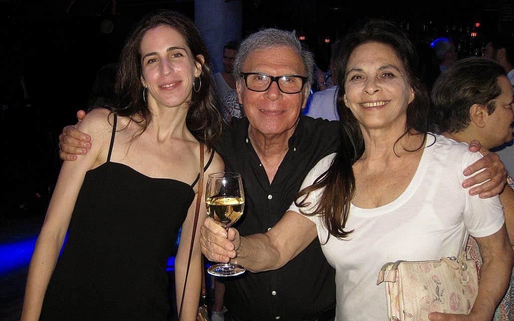 שרונה פיק, משמאל, עם אמה מירית שם-אור, מימין, והבמאי צדי צרפתי, במרכז (צילום: לורן חלפאיאן)