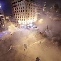 כוחות משטרה יורים גז מדמיע על מפגינים בביירות (צילום: Hassan Ammar, AP)