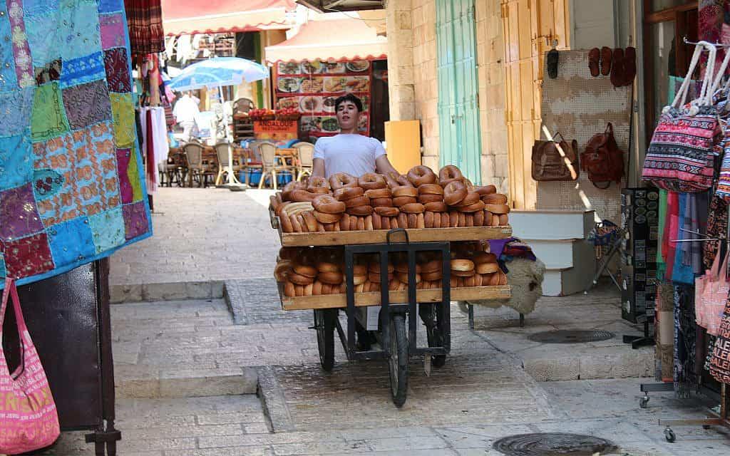 עגלות עם סחורות ואנשים יכולות להשתמש גם הן ברמפות של העיר העתיקה (צילום: שמואל בר-עם)