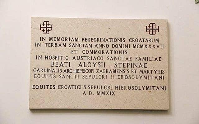 לוחית הזיכרון הלטינית שהותקנה ב-2019 על ידי אבירי הקבר הקדוש להנצחת הקרדינל אלויסיוס סטפינאץ וביקורו בארץ הקודש ב-1937 (צילום: פרופ' גדעון גרייף)