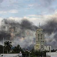 עשן מיתמר ממכוניות, אחרי קרב יריות שבסיומו שוחרר אובידיו גוזמן, בנו של ברון הסמים אל צ'אפו (צילום: Hector Parra, AP)