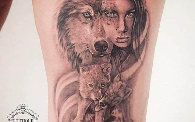 הקעקוע של נעמי סולומון: אשת זאב ושני גורים (צילום: צילום וביצוע הקעקוע - עידו בוטבול)