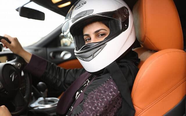 נהגת המירוצים אמגד' אל-עמרי (צילום: Courtesy HBO)