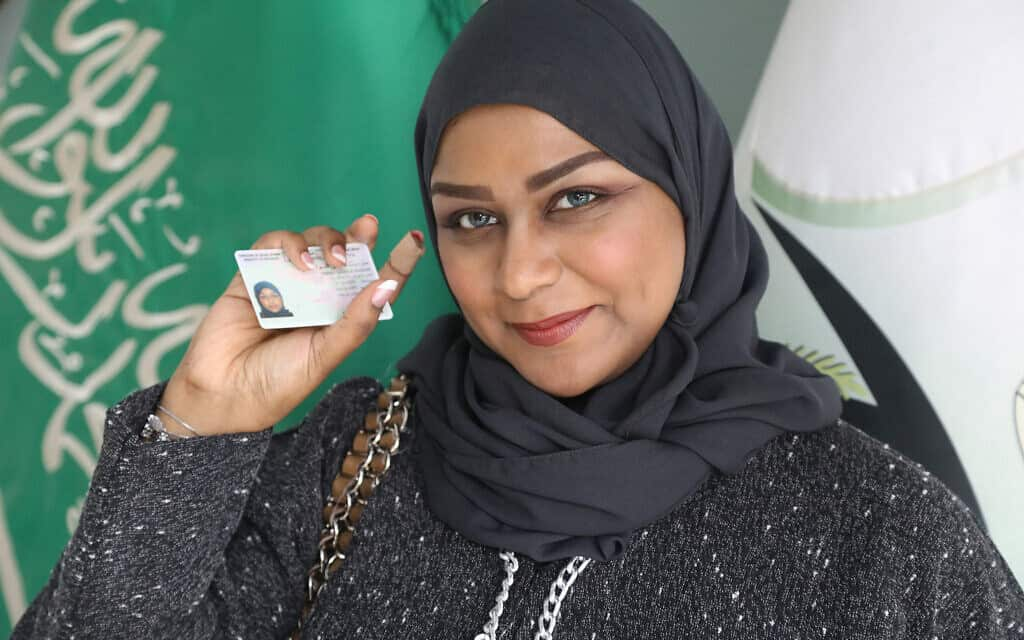 אשת מכירות הרכבים, שרה סאלח, המופיעה בסרט התיעודי של HBO, Saudi Women's Driving Scool (צילום: באדיבות HBO)