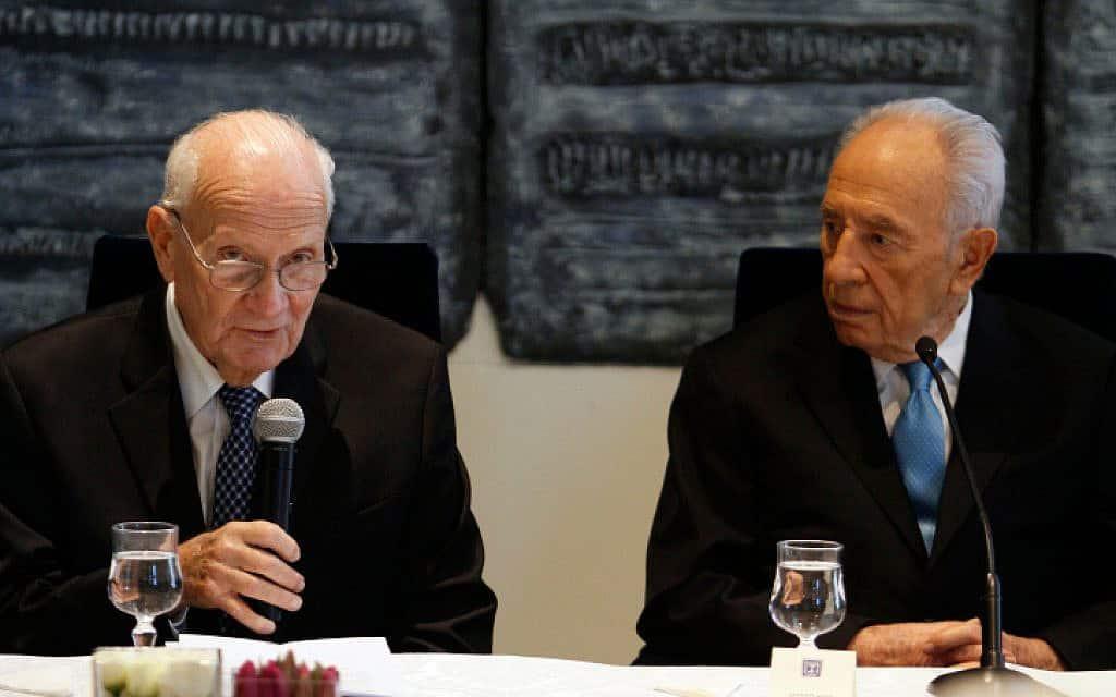 מאיר שמגר (משמאל) ושמעון פרס, 2012 (צילום: אורי לנץ, פלאש 90)