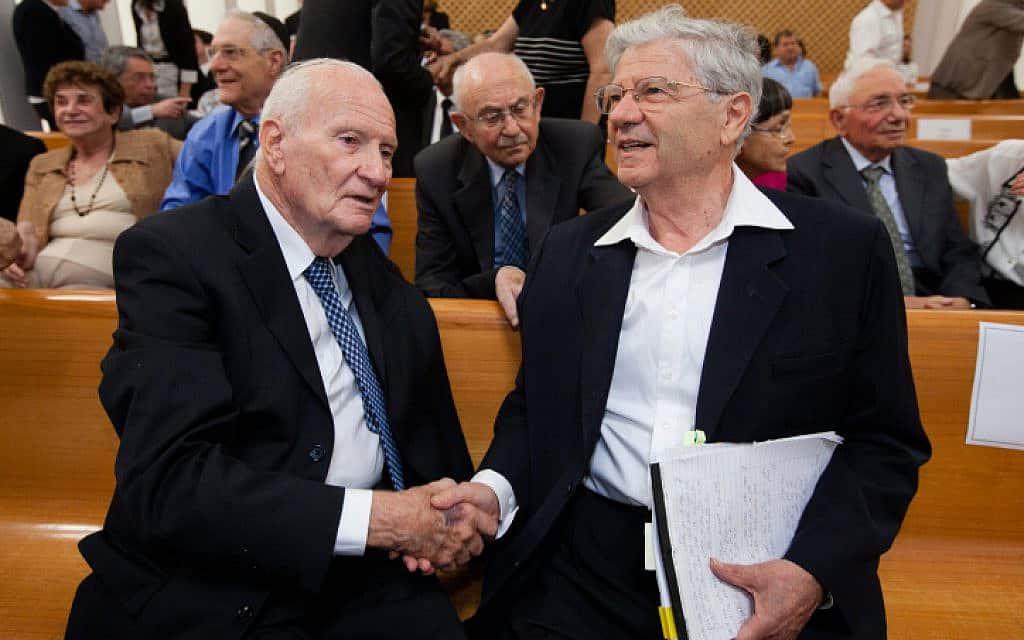 מאיר שמגר (משמאל) ומחליפו בתפקיד נשיא בית המשפט העליון, אהרן ברק, 2012 (צילום: דוד ועקנין, פלאש 90)