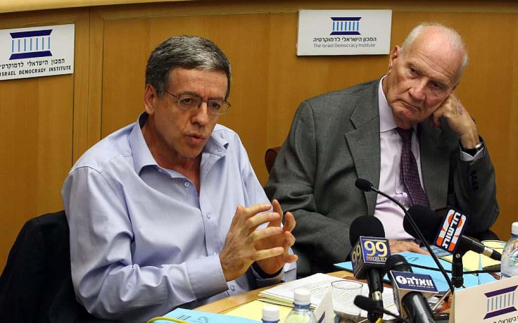 מאיר שמגר (מימין) ומני מזוז, במכון הישראלי לדמוקרטיה, 2009 (צילום: אביר סולטןף פלאש 90)