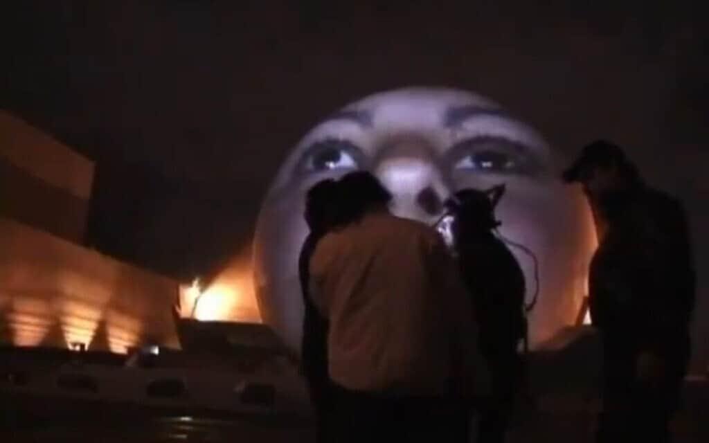 קשישטוף  וודישצ'קו  ביצירה ההופכת בנינים – בייחוד מבני ציבור – מוזיאונים אנדרטאות – למסך – גוף שעליו מוקרנים  פנים, או ידיים,  צילומים חלקיים של אנשים המעידים על פגיעות שחוו. צילום מסך מתוך הוידאו שלו