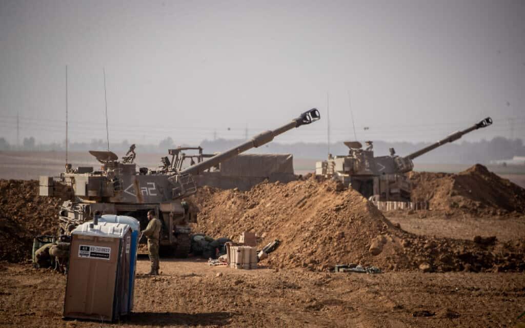 סוללות ארטילריה על גבול עזה, אתמול (צילום: יונתן סינדל / פלאש 90)