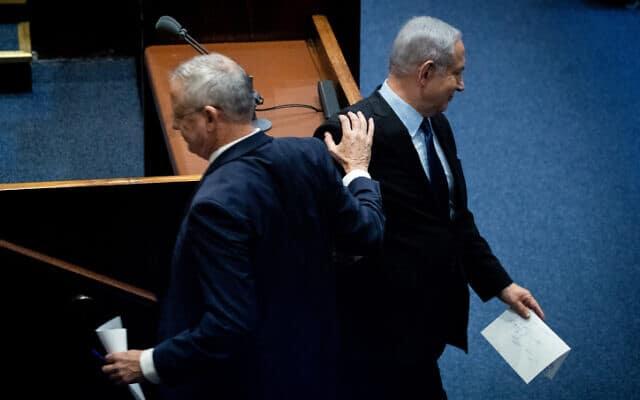 נתניהו וגנץ בישיבה לציון 24 שנה לרצח רבין, היום. גנץ הצהיר שלא ישב בממשלה עם נתניהו תחת כתב אישום (צילום: יונתן סינדל / פלאש 90)
