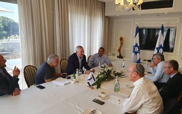 פגישת משא ומתן בין צוותי כחול לבן והליכוד (צילום: דוברות כחול לבן)