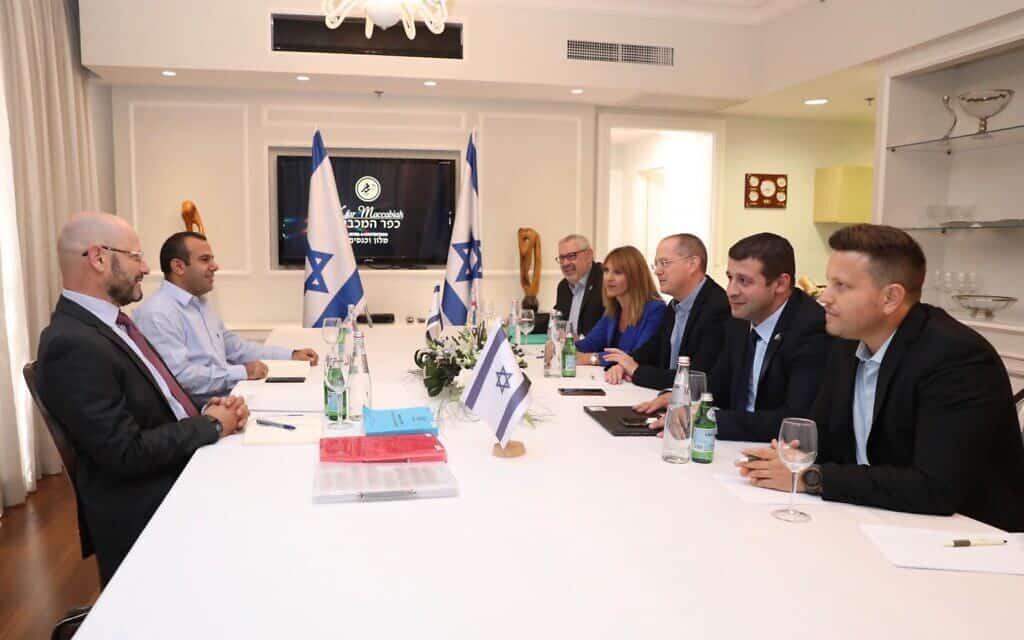 """פגישת צוותי המו""""מ של כחול-לבן וישראל ביתנו מהיום בצהריים. יורם טורבוביץ' ושלום שלמה ייצגו את כחול-לבן (משמאל) וח""""כ עודד פורר, ח""""כ אלכס קושניר, מנכ""""לית המפלגה אינה זילברגרץ, מנהל הסיעה רומן גרביץ ועו""""ד אמיר שניידר ייצגו את ישראל ביתנו (מימין) (צילום: אלעד מלכה)"""