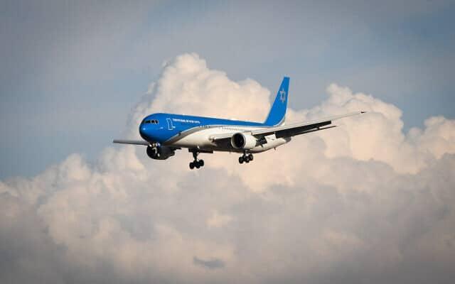 """מטוס ראש הממשלה נוחת אתמול בנתב""""ג לאחר טיסת הניסוי הראשונה שלו. הגרסה הישראלית לאיירפורס 1 האמריקאי (צילום: Avshalom Shoshoni/Flash90)"""