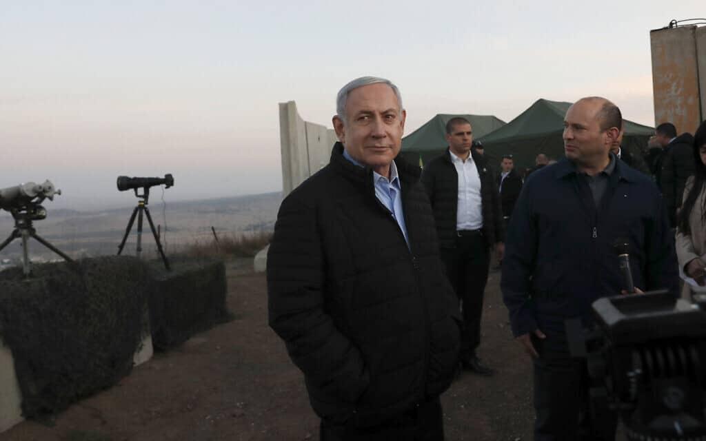 """נתניהו בהר אביטל בגולן, אתמול. """"המגעים לאחדות לא פסקו"""" (צילום: Atef Safadi/Pool via AP)"""