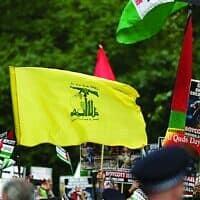 אילוסטרציה: דגל חיזבאללה מונף במהלך עצרת של אל-קודס בלונדון (צילום: סטיב ווינסטון\ דרך Jewish News)