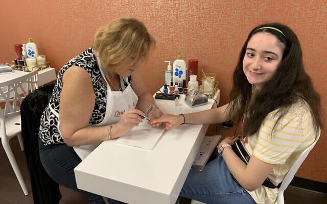 """ביילי (17) נהנית ממניקור בספא ב""""לייף-טאון שופס"""" (צילום: ג'וזפין דולסטן)"""