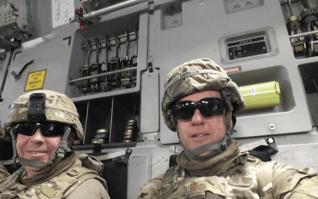 גולסטרום (מימין) עם עמיתו דייויד טיקל, בדרך לביקור צוותים צבאיים בבסיסים במוצבים באפגניסטאן בשנת 2013 (צילום: באדיבות גולדסטרום)
